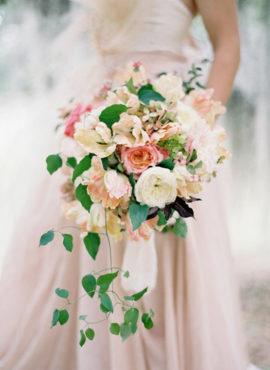 Jos Villa - 12 idées de bouquets de mariée roses - La mariée aux pieds nus
