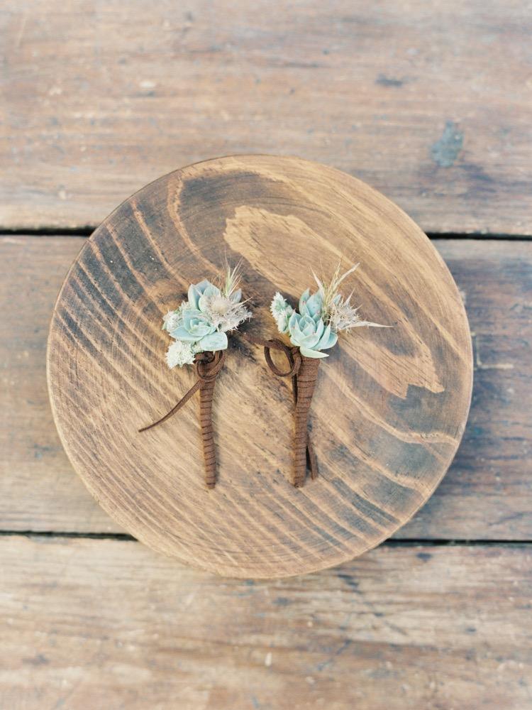 Joseba Sandoval - Un mariage sur le theme des succulentes en Andalousie - La mariée aux pieds nus - Boutonnieres de succulentes
