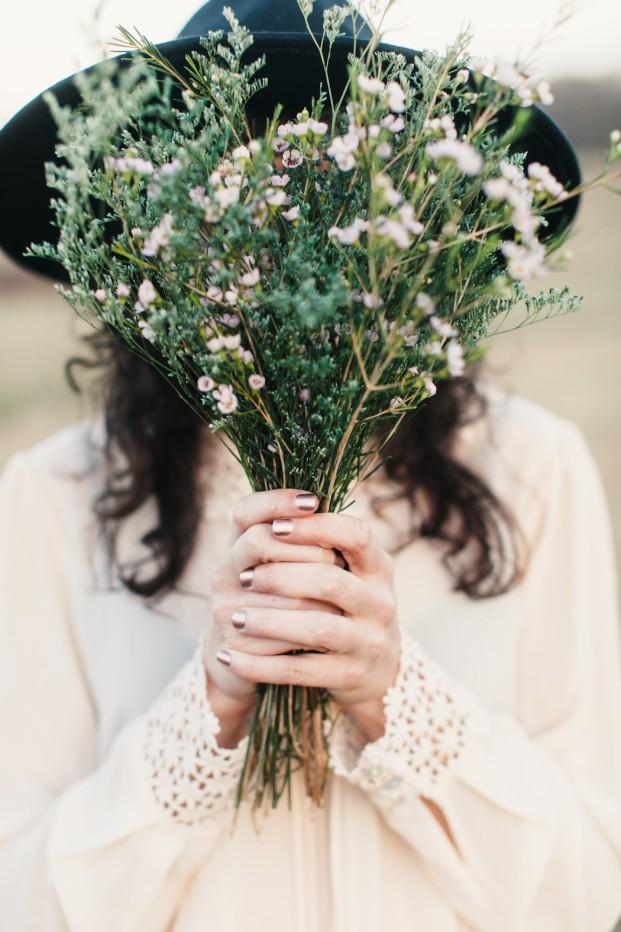 Kathryn McCrary Photography - Un bouquet de mariée d'herbes folles - La mariee aux pieds nus