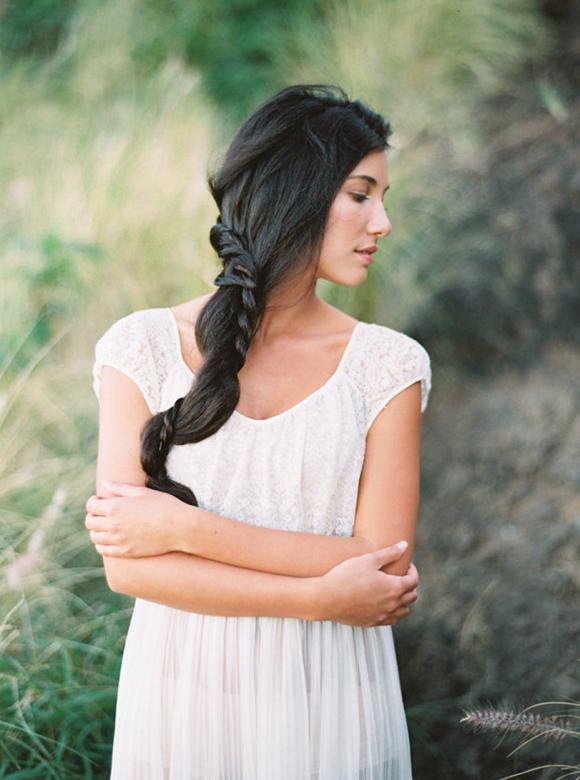 10 idées de coiffures de mariée tressées - La mariée aux pieds nus - Photo : Kylie Martin