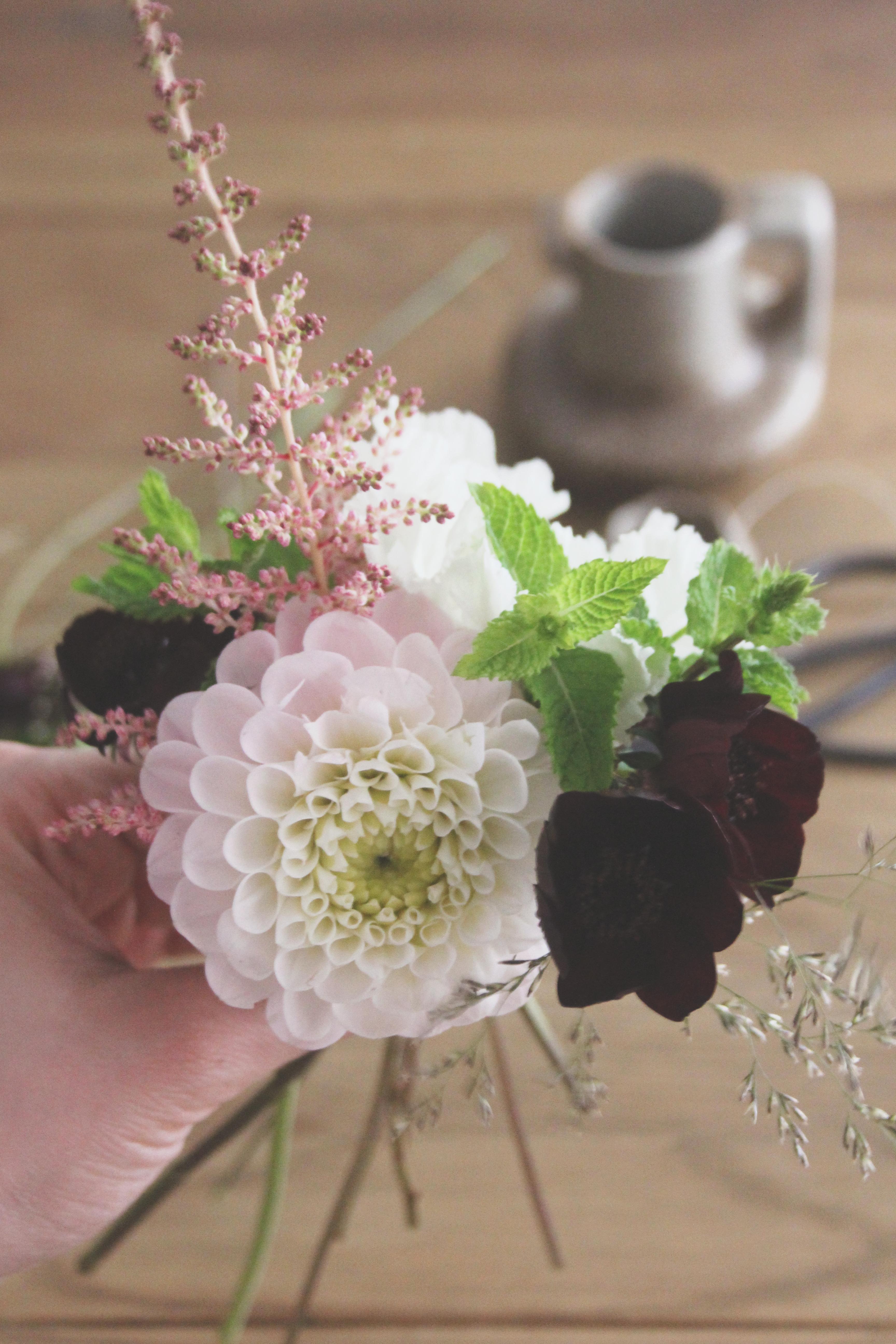la mariee aux pieds nus diy petit bouquet de fleurs 3 la mariee aux pieds nus. Black Bedroom Furniture Sets. Home Design Ideas