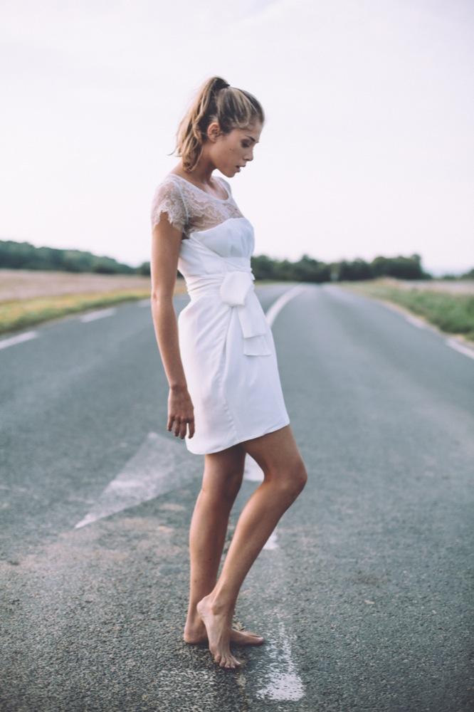 LA MARIEE AUX PIEDS NUS - Photographe Laurence Revol - LORAFOLK - Collection de robes de mariée courtes - Modele NILA