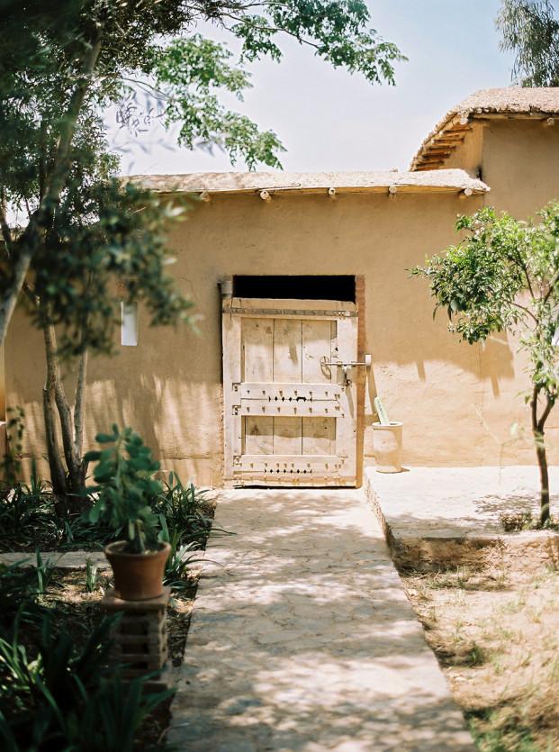 Un mariage à Taroudant au Maroc - La mariée aux pieds nus - Photo : Lifestories Wedding - Yann Audic