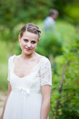 ©Nadine Court Photographe - Mariage au jardin en bleu et kraft  - La mariee aux pieds nus
