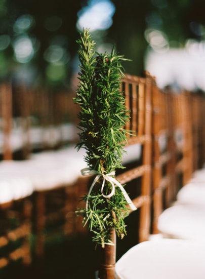 Mastin Studio - Comment decorer la ceremonie de votre mariage - La mariee aux pieds nus