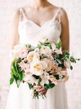 Michele Waite Photography - 12 idées de bouquets de mariée roses - La mariée aux pieds nus