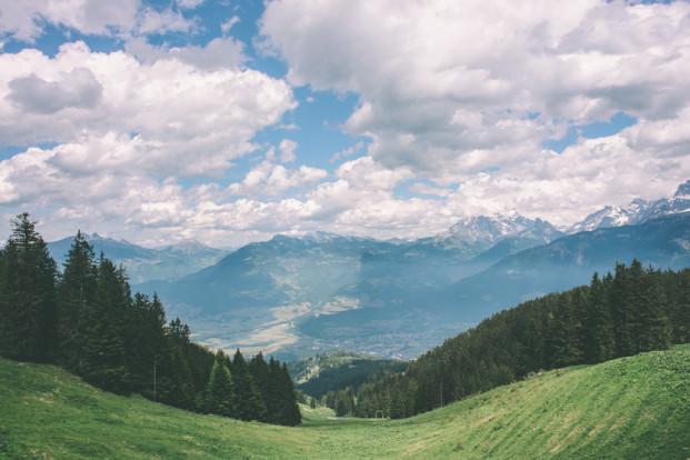 ©Celine Chhuon - Un mariage boheme dans les montagnes suisses - La mariee aux pieds nus