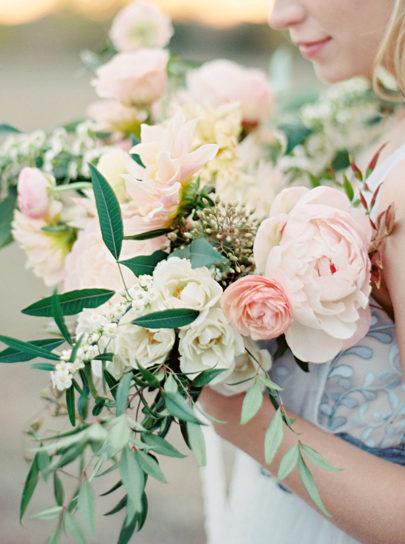 Ryan Ray - 12 idées de bouquets de mariée roses - La mariée aux pieds nus