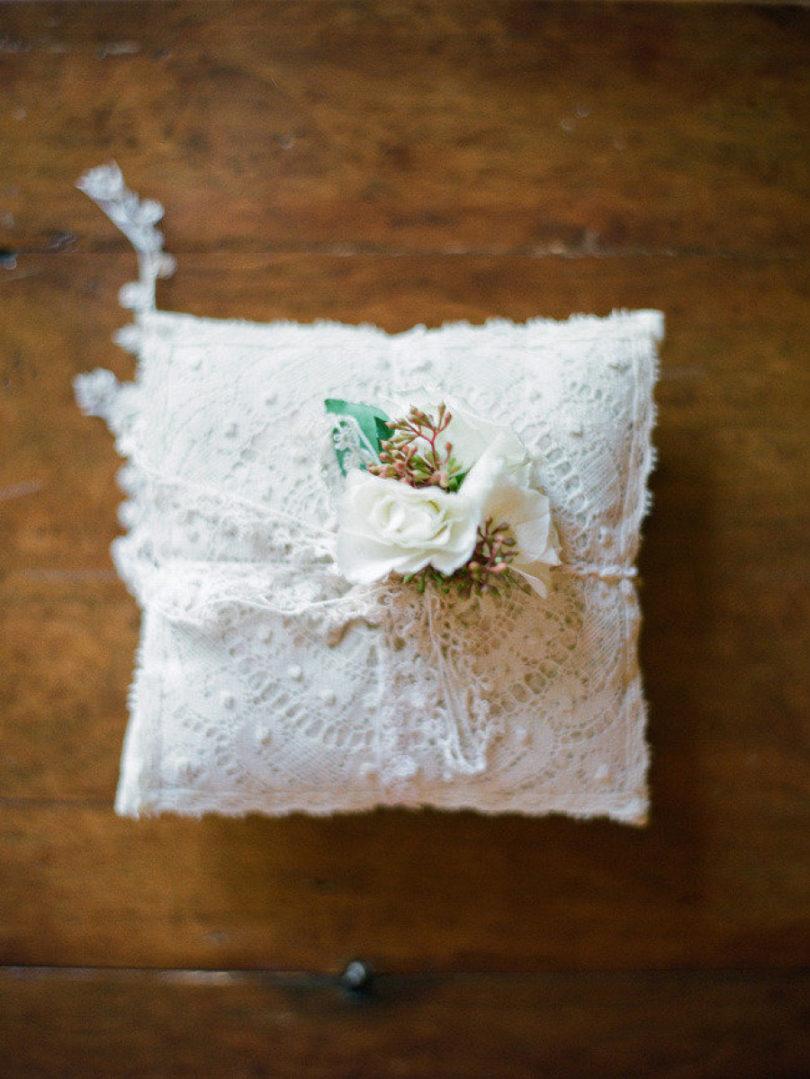 Troy Grover Photographers- Ou trouver un joli porte alliances pour son mariage - La mariée aux pieds nus