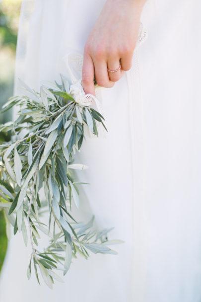 Un mariage en blanc en Provence - Shooting d'inspiration - Photo : Malvina Photo - Scénographie Atelier Blanc - La mariée aux pieds nus