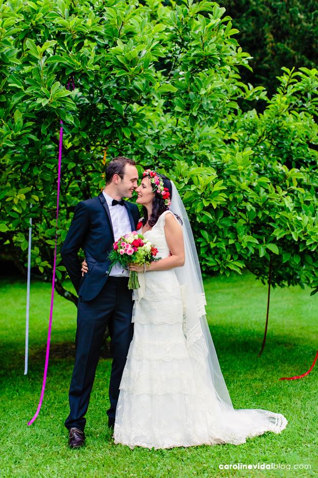 ©Caroline Vidal - Un mariage champetre multicolore en Normandie - La mariee aux pieds nus