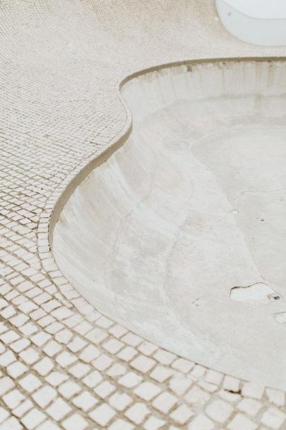 Une séance photo en amoureux en blanc à la Cité de l'Océan - Biarritz - A découvrir sur www.lamarieeauxpiedsnus.com - Photos : Yoris Photographe