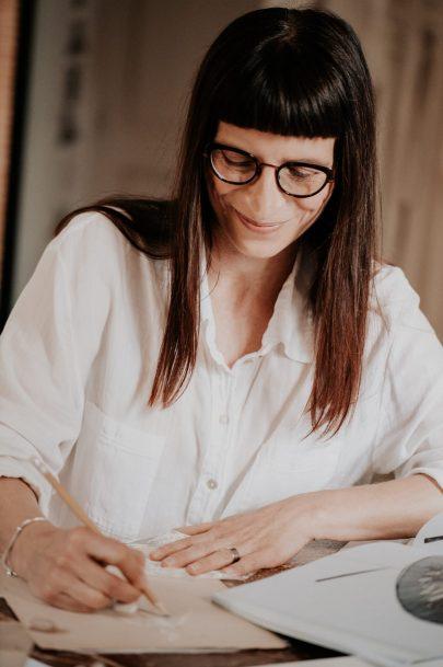 Portrait et visite de l'atelier de la créatrice Sylvie Mispouille - Photos : Céline Deligey - Blog mariage : La mariée aux pieds nus