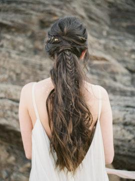 10 idées de coiffures de mariée tressées - La mariée aux pieds nus - Photo :