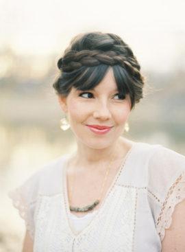 10 idées de coiffures de mariée tressées - La mariée aux pieds nus - Photo : Bryce Covey