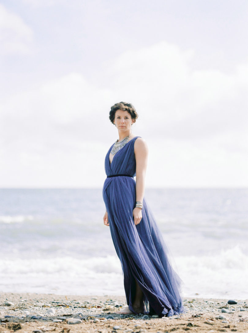 Une mariée au bord de l'eau - Portrait d'une mariée en robe bleue - La mariée aux pieds nus - Photo : Capyture