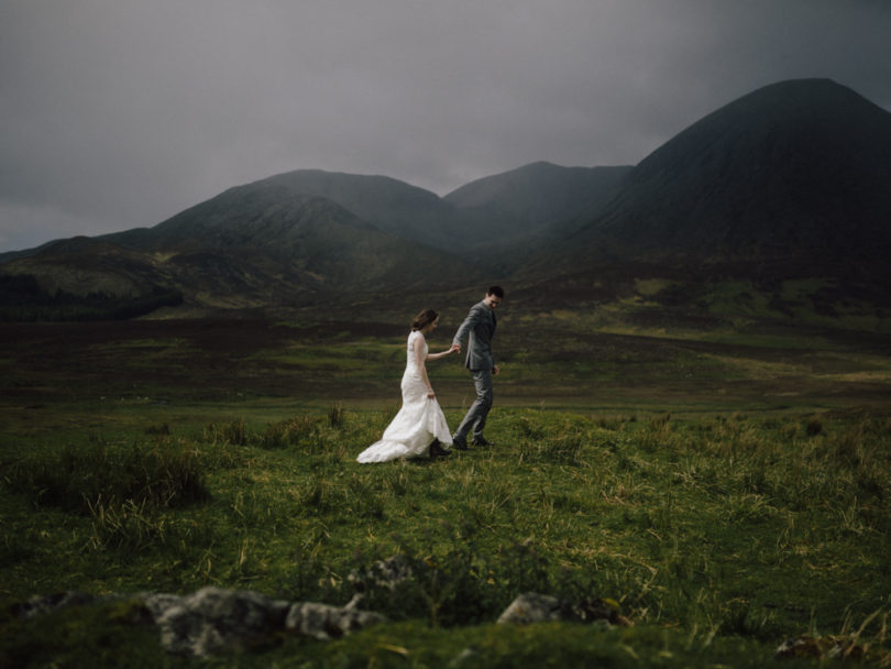Un mariage en toute intimité sur l'ile de Skye en ecosse - a découvrir sur le blog mariage www.lamarieeauxpiedsnus.com - Photos : Capyture