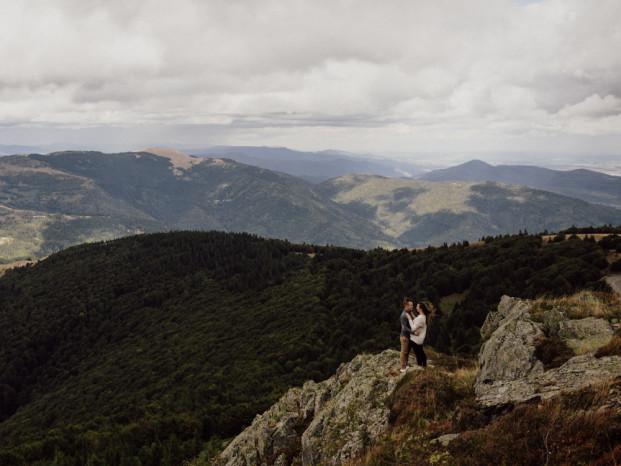 Une séance photo de couple dans la nature en Alsace - A découvrir sur le blog mariage www.lamarieeauxpiedsnus.com - Photos : Capyture