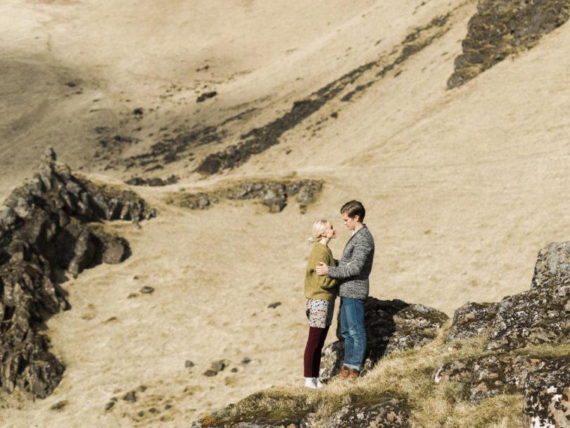 Capyture - Une séance engagement en Islande - La mariée aux pieds nus