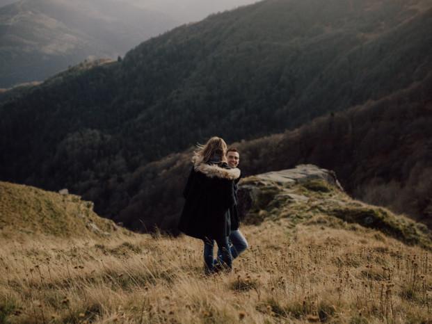 Une séance engagement en plein nature en Alsace - A découvrir sur le blog mariage www.lamarieeauxpiedsnus.com - Photos : Capyture