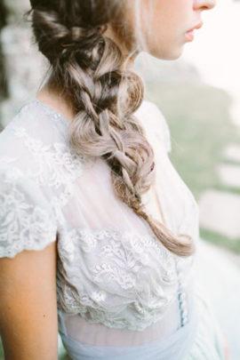 10 idées de coiffures de mariée tressées - La mariée aux pieds nus - Photo : D'Arcy Benincosa
