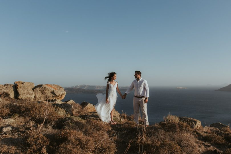 Une séance engagement sur l'île de Santorin - A découvrir sur le blog mariage La mariée aux pieds nus - Photos : Days Made of Love