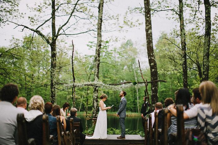 Dylan et Sara - Comment decorer la ceremonie de votre mariage - La mariee aux pieds nus