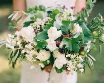Elisa Bricker - Un bouquet de mariée vert et blanc - La mariée aux pieds nus