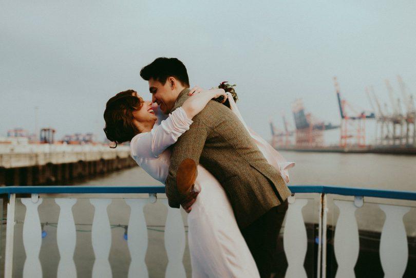Un elopement sur un bateau à Hambourg - La mariée aux pieds nus