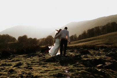 Un elopement boheme en rouge dans les montagnes - A découvrir sur le blog mariage www.lamarieeauxpiedsnus.com - Photos : Marine Marques