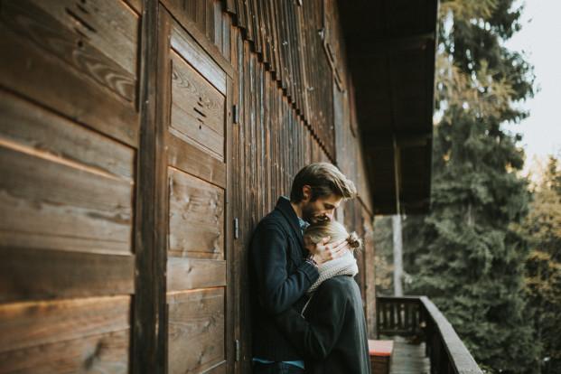 Une séance photo en amoureux après le mariage à Chamonix - A découvrir sur le blog mariage www.lamarieeauxpiedsnus.com - Photos : Coralie Lescieux