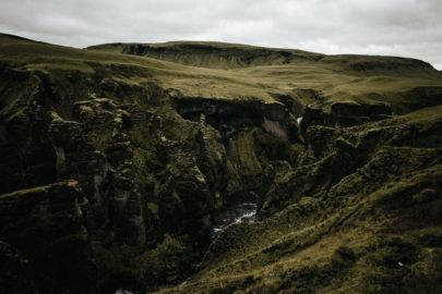 Une séance engagement en Islande - A découvrir sur le blog mariage www.lamarieeauxpiedsnus.com - Photos : Fabien Courmont