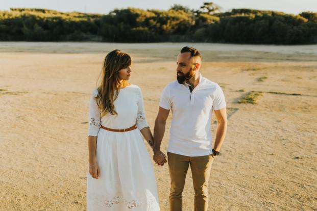 Une séance engagement sur l'île du Gaou - A découvrir sur le blog mariage www.lamarieeauxpiedsnus.com - Photos : Neupap Photography