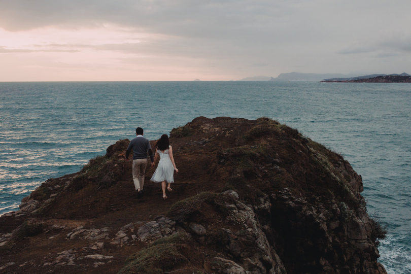 Une séance engagement sur l'Ile du Gaou - A découvrir sur le blog mariage www.lamarieeauxpiedsnus.com - Photos : Neupap Photography