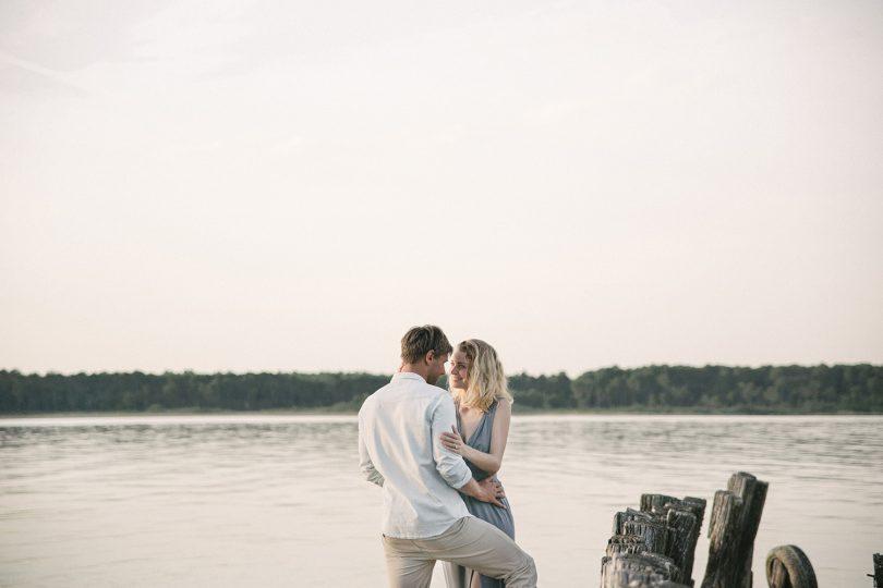 Une séance engagement sur le Lac de Sanguinet - Photos : Jade Sequeval - A publier sur le blog mariage www.lamarieeauxpiedsnus.com