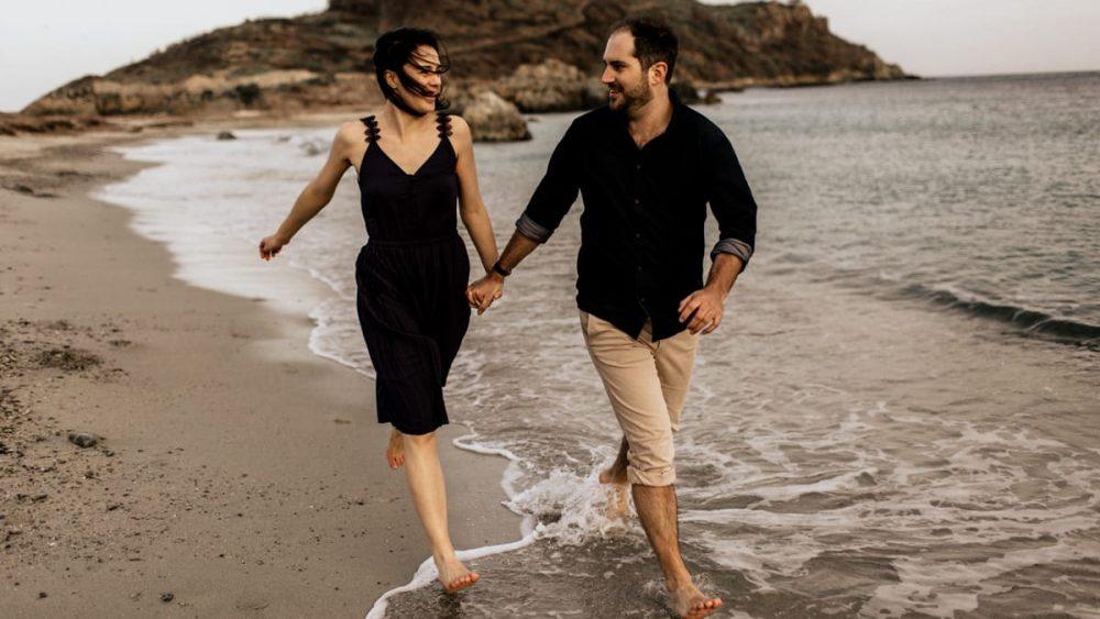 Une séance engagement sur la plage - Photos : Lorenzo Accardi - Blog mariage : La mariée aux pieds nus