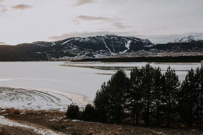 Une séance photo de couple dans les montagnes en hiver - Photos : Loric Gonzalez - Blog mariage : La mariée aux pieds nus