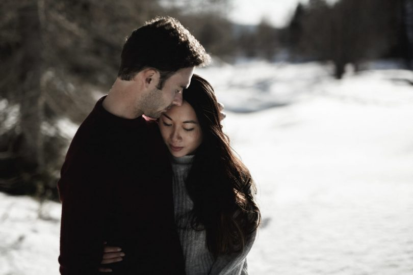 Une séance engagement à la montagne dans la vallée de la Gordolasque, au pieds du parc du Mercantour - Photos : alison Photographer - Blog mariage : La mariée aux pieds nus