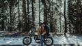 Une séance engagement en moto dans les montagnes - A découvrir sur le blog mariage www.lamarieeauxpiedsnus.com - Photos : Reego Photographie