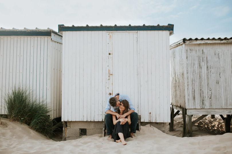 Une séance engagement sur une plage du Nord de la France - A découvrir sur le blog mariage www.lamarieeauxpiedsnus.com - Photos : Karimage