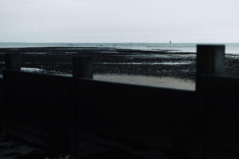 Une séance engagement sur la plage en hiver - Photos : Nicolas Bellon - Blog mariage : La mariée aux pieds nus