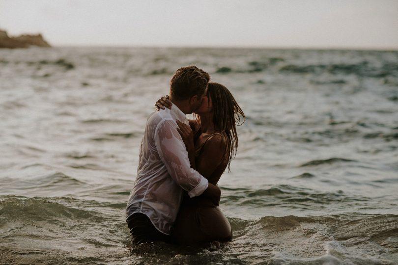 Une séance engagement sur une plage du Portugal - Photos : Pinewood Weddings - Blog mariage : La mariée aux pies nus