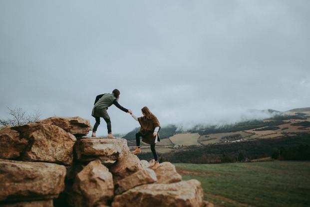 Une séance engagement nature façon roadtrip en Lozere - A découvrir sur le blog mariage www.lamarieeauxpiedsnus.com - Photos et video : SoulPics