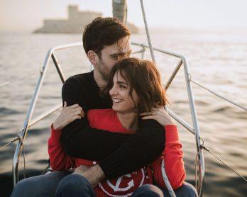 Une séance engagement sur un voilier - Photos : Neupap Photography - Blog mariage : La mariée aux pieds nus