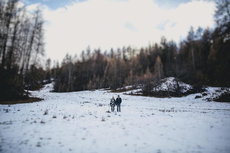 Une séance engagement dans les Alpes - A découvrir sur www.lamarieeauxpiedsnus.com - Photos : NeuPap Photography