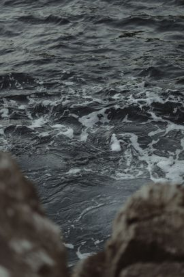 Atelier Histoires et détails - Une séance engagement au bord de la mer au petit matin - Photos : Capyture - Blog mariage : La mariée aux pieds nus