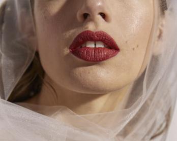 Tendance beauté : La bouche rouge pour la mariée - Blog mariage : La mariée aux pieds nus