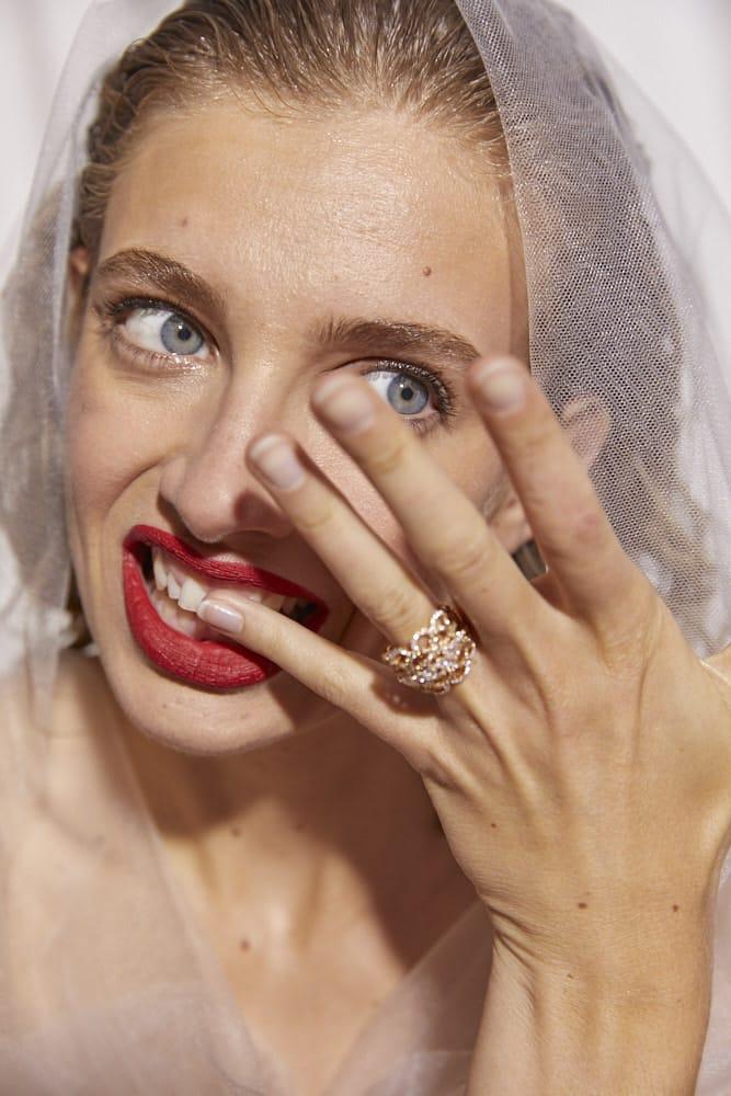 Tendance beauté : La bouche rouge mat pour la mariée - Blog mariage : La mariée aux pieds nus