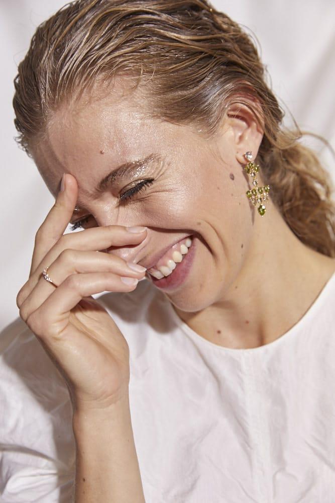 Tendance beauté : Glossy look et paillettes pour la mariée - Blog mariage : La mariée aux pieds nus