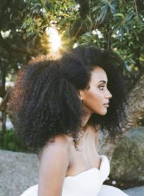 10 idées de coiffures de mariée naturelles à découvrir sur le blog mariage La mariée aux pieds nus - Photo : Withney Heard